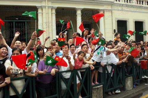 街道旁的欢迎人群