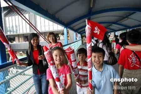 五月二日,北京奥运圣火在香港的传递,经过六个半小时、一百一十九位火炬手接力完成。街市上小朋友们挥舞旗帜和祥云火炬模型,满脸喜气。中新社发洪少葵 摄