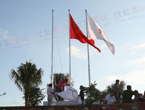 起跑仪式现场升起国旗、五环旗帜和北京奥运会徽旗帜