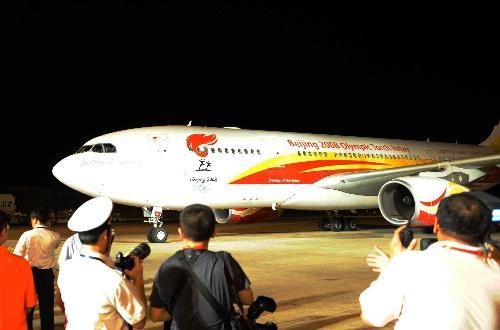 5月3日晚,搭载着北京奥运圣火的专机抵达中国三亚。新华社记者丁林摄