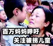 受伤的7岁小姑娘张润卿在医院抱着玩具熊睡着了