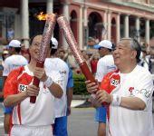 图文:奥运火炬手颜延龄与苏朝晖在交接