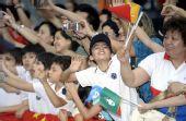 图文:澳门民众举国旗为奥运圣火传递活动加油