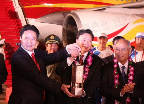 海南省省长罗保铭(左一)到机场迎接,北京奥组委执行副主席杨树安(左二)