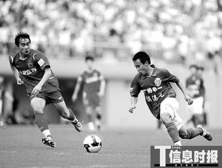 吴坪枫(右)本场表现抢眼,所欠的只是一个进球。时报记者 朱元斌 摄