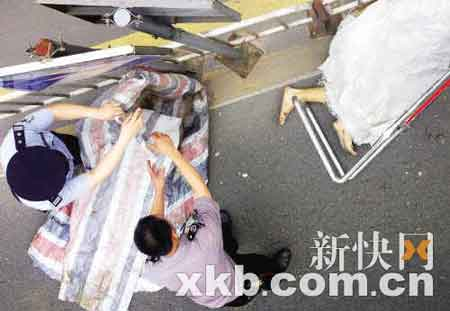 警察调查后,死者被运走。新快报记者 陈昆仑 实习生 林菁/摄
