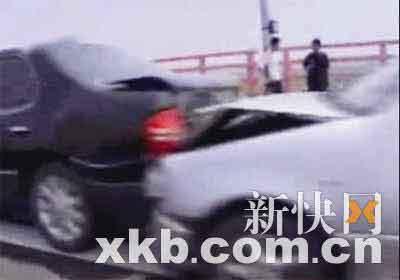 从慈溪往海盐的大桥上,发生十车连环相撞事故。