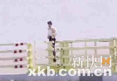 有人站在栏杆边上往大海里方便。