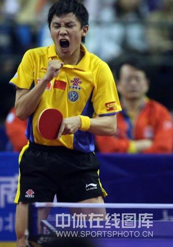图文:乒乓球超级明星热身赛 陈玘庆祝战胜马琳