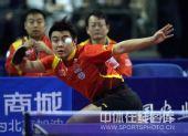 图文:乒乓球超级明星热身赛 王皓比赛飞身救险