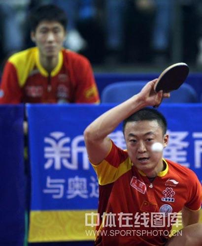 图文:乒乓球超级明星热身赛 马琳发力正手进攻