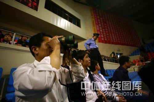 图文:乒乓球超级明星热身赛 观众望远镜看比赛