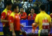 图文:乒乓球超级明星热身赛 刘国梁关注队员