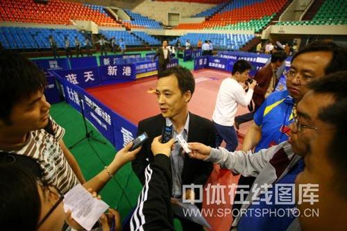 图文:乒乓球超级明星热身赛 领队黄飚接受采访