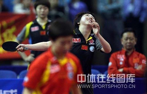 图文:乒乓球超级明星热身赛 范瑛仰天长笑