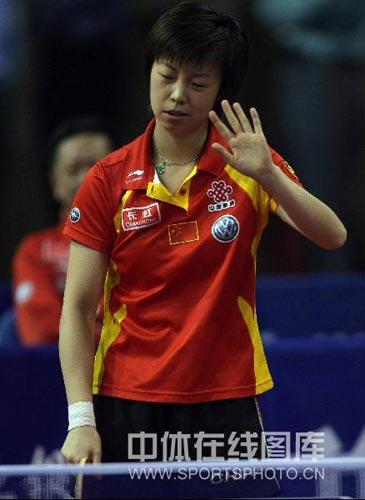 图文:乒乓球超级明星热身赛 张怡宁摇手失望