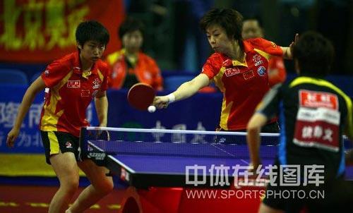 图文:乒乓球超级明星热身赛 张怡宁配对郭跃