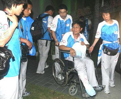 运行团队中的张亮在澳门站的传递中不慎右腿骨折