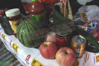 水果补充维生素,还有各种零食饮料