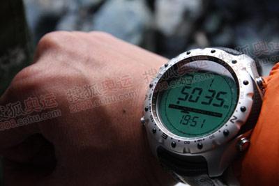 带指北针、时间、气压等功能的海拔表