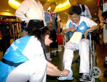 叶乔波在张亮的伤腿上写下祝福的话语