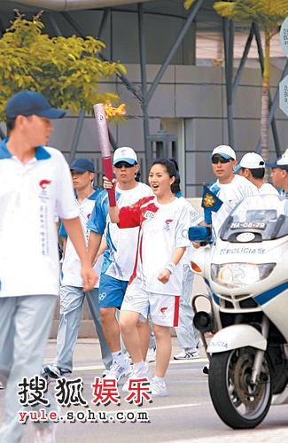 """千嬅在澳门传送奥运圣火,全程异常兴奋,更不时大叫""""中国加油"""""""