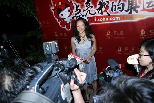章子怡:最美丽的微笑迎接圣火传递