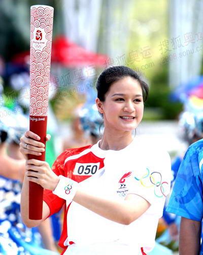 本站第一时段的最后一棒火炬手吴英娜在美丽之冠展示祥云火炬