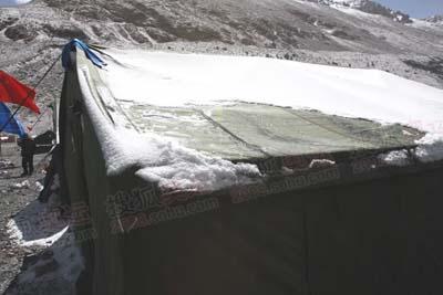 5月4日,大本营的积雪开始融化,珠峰天气晴好