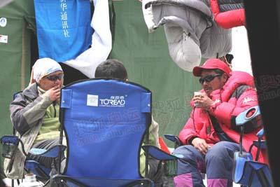"""雪后珠峰地区无风放晴,大本营的""""居民""""就着好天气喝起了午茶"""