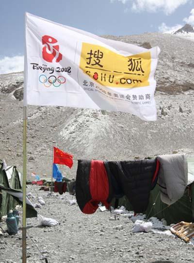 """5月4日-珠峰天气好转,大本营的""""居民""""纷纷晒起了被子——睡袋"""