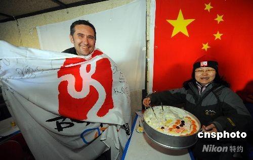 5月2日,在海拔5040米的珠峰大本营绒布新闻中心,受邀采访北京奥运火炬接力珠峰传递的德国记者约克(左)与中外记者一起度过了他海拔最高的47岁生日。 中新社发 盛佳鹏 摄
