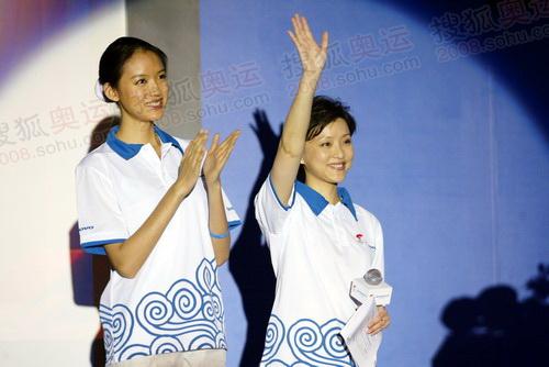 两名联想女火炬手,杨澜、张梓林。