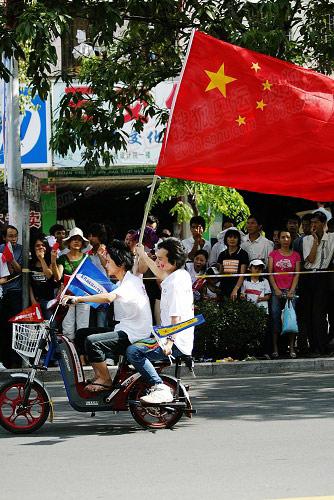 挥舞着国旗的市民