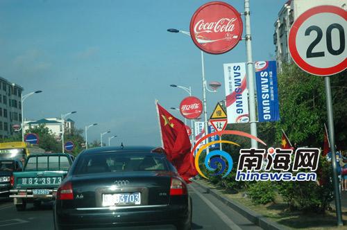 市民从汽车里扬起飘扬的国旗,将奥运激情传遍大街小巷!