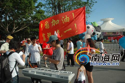 """名叫""""游击队""""的乐队也来到街头,激情献唱为奥运加油"""