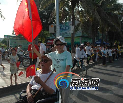 90岁高龄的老爸举着国旗迎圣火