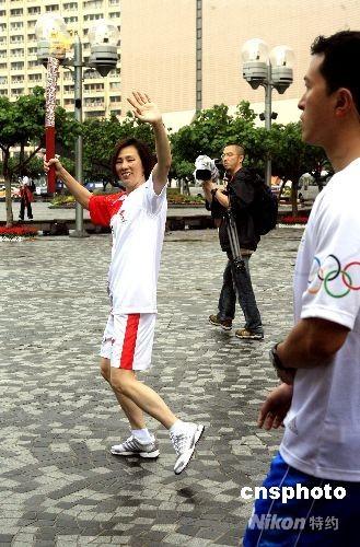 五月二日当地时间十点半,2008北京奥运圣火中国境内首站香港传递正式开始。香港滑水风帆奥运冠军李丽珊接过第一棒火炬,开始圣火传递。 中新社发 王丽南 摄