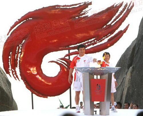 成龙和蒲慧芳携手点燃圣火盆。北京奥运火炬境内传递首站圆满结束