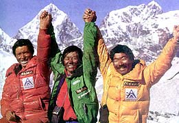 中日尼最先登顶的三位队员