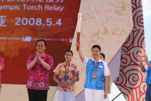 刘敬民向三亚市市委常委、宣传部长张萍赠送奥运火炬