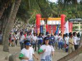组图:北京奥运圣火三亚传递 热心观众沿途追随