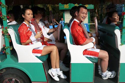 章子怡和张国政在摆渡车上