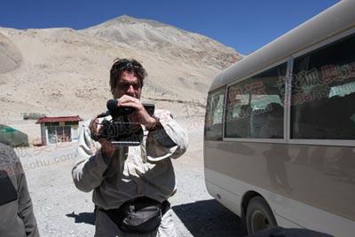 CNN记者是一个敬业的人,这是4月27日他刚到大本营就开始工作的情景