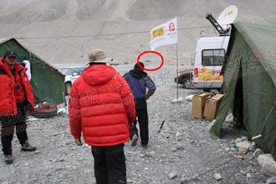 远处那个划着红圈圈的就是大本营的固定厕所,距离超过200米。在海拔5000米以上的对方,往返400米是一件很消耗体力的事情
