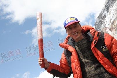 搜狐赵牧,颇有珠峰火炬手的风范吧,其本人也是超级登山爱好者,88年即参与过中日尼三国攀登珠峰的报道工作,宝刀不老
