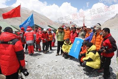 与火炬合影,各个珠峰大本营成员都是跃跃欲试,图为新华社报道队