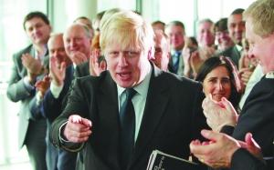 5月3日,成功当选伦敦市长的约翰逊在市政厅接受幕僚们的祝贺,其妻玛丽娜也在场庆贺。