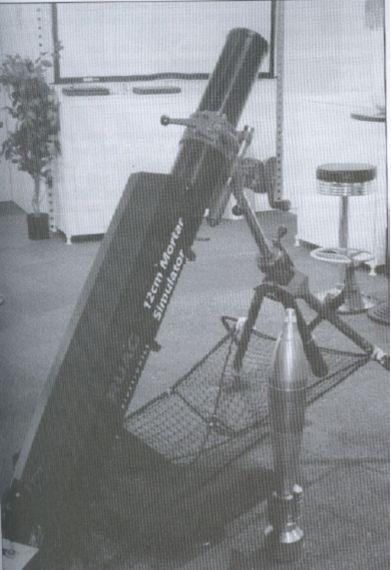 RUAG迫击炮模拟器,图中显示了仿真弹药,仿真迫击炮和能够接住在发射之后的弹药的网。