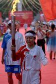 图文:海南省著名残疾人运动员黎玉强开始传递